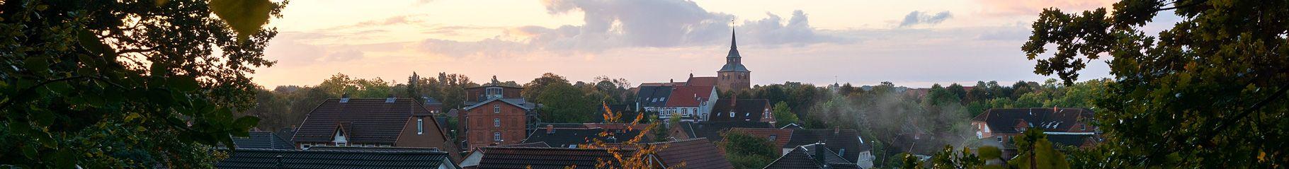 B! Blick auf die Altstadt bei Sonnenaufgang im Oktober.