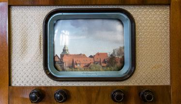 Symbolbild - ein alter Fernseher mit einem Foto von Boizenburg©Ezio Gutzemberg
