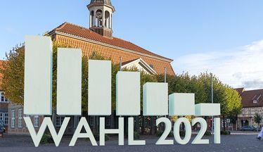 """Ein Foto des Boizenburger Rathauses. Davor steht aus 3D Buchstaben gebildet der Text """"Wahl 2021"""".©Stadtinformation Boizenburg/Elbe"""